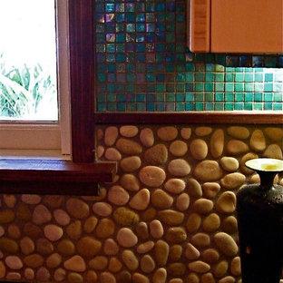 サンフランシスコの小さいアジアンスタイルのおしゃれなキッチン (ドロップインシンク、フラットパネル扉のキャビネット、ベージュのキャビネット、御影石カウンター、ベージュキッチンパネル、石タイルのキッチンパネル、シルバーの調理設備の、無垢フローリング) の写真