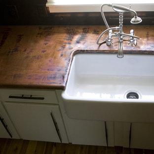 シャーロットのトラディショナルスタイルのおしゃれなキッチン (エプロンフロントシンク、銅製カウンター) の写真