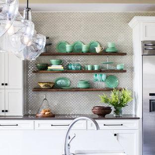 ナッシュビルの大きいカントリー風おしゃれなキッチン (エプロンフロントシンク、シェーカースタイル扉のキャビネット、白いキャビネット、クオーツストーンカウンター、白いキッチンパネル、モザイクタイルのキッチンパネル、シルバーの調理設備の、濃色無垢フローリング) の写真