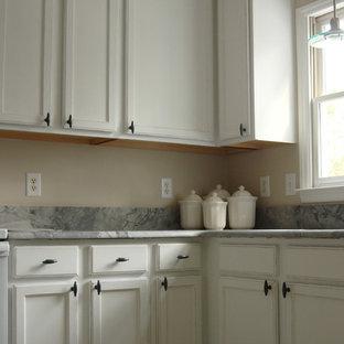 Mittelgroße Shabby-Chic-Style Wohnküche ohne Insel in L-Form mit Unterbauwaschbecken, Schrankfronten mit vertiefter Füllung, weißen Schränken, Granit-Arbeitsplatte und grauer Arbeitsplatte in Raleigh