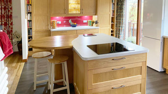 Oak Kitchen with unusually shaped breakfast bar