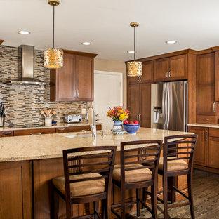 Mittelgroße Klassische Küche in L-Form mit Unterbauwaschbecken, Schrankfronten im Shaker-Stil, hellbraunen Holzschränken, bunter Rückwand, Rückwand aus Stäbchenfliesen, Küchengeräten aus Edelstahl, dunklem Holzboden, Kücheninsel und Quarzwerkstein-Arbeitsplatte in Detroit