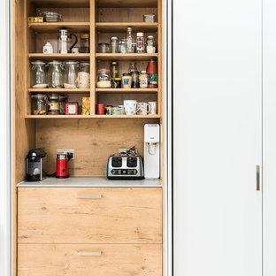 Esempio di una grande cucina contemporanea con lavello integrato, ante lisce, ante turchesi, top in cemento, paraspruzzi grigio, paraspruzzi in ardesia, elettrodomestici in acciaio inossidabile, parquet chiaro, isola e pavimento grigio