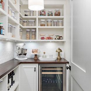 Klassische Küche in L-Form mit Vorratsschrank, offenen Schränken, weißen Schränken, Arbeitsplatte aus Holz, Küchenrückwand in Weiß, Küchengeräten aus Edelstahl, dunklem Holzboden, braunem Boden und brauner Arbeitsplatte in Detroit