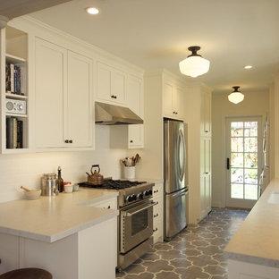 サンフランシスコの小さい地中海スタイルのおしゃれなキッチン (アンダーカウンターシンク、シェーカースタイル扉のキャビネット、白いキャビネット、クオーツストーンカウンター、白いキッチンパネル、サブウェイタイルのキッチンパネル、シルバーの調理設備の、セラミックタイルの床、アイランドなし) の写真