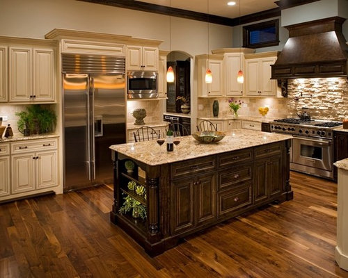 Charmant Inspiration For A Mid Sized Timeless U Shaped Dark Wood Floor Enclosed  Kitchen Remodel