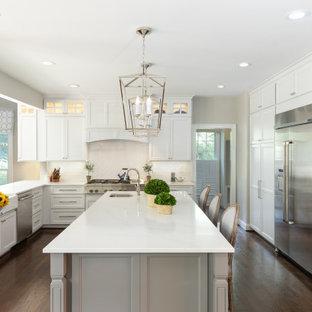 Idéer för ett klassiskt vit u-kök, med en rustik diskho, skåp i shakerstil, vita skåp, vitt stänkskydd, rostfria vitvaror, mörkt trägolv, flera köksöar och brunt golv