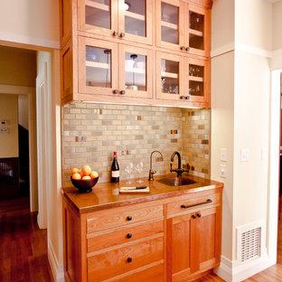Создайте стильный интерьер: угловая кухня среднего размера в стиле кантри с накладной раковиной, фасадами с утопленной филенкой, фасадами цвета дерева среднего тона, столешницей из бетона, разноцветным фартуком, фартуком из керамической плитки, техникой из нержавеющей стали, паркетным полом среднего тона, островом и кладовкой - последний тренд