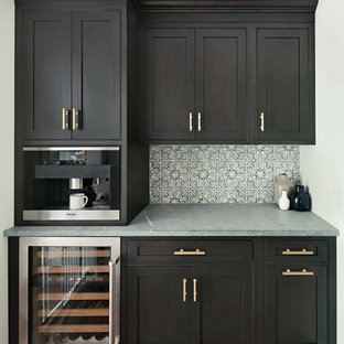 Einzeilige, Kleine Klassische Küche mit Vorratsschrank, Kassettenfronten, schwarzen Schränken, Speckstein-Arbeitsplatte, Rückwand aus Zementfliesen, dunklem Holzboden und Kücheninsel in New York