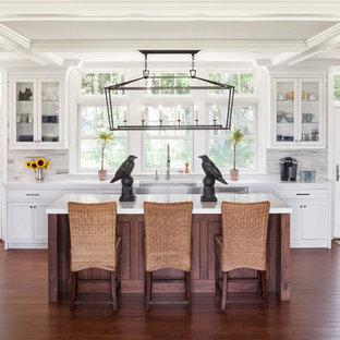 Klassische Wohnküche mit Schrankfronten mit vertiefter Füllung, weißen Schränken, Küchenrückwand in Weiß, Rückwand aus Steinfliesen und Küchengeräten aus Edelstahl in Portland Maine