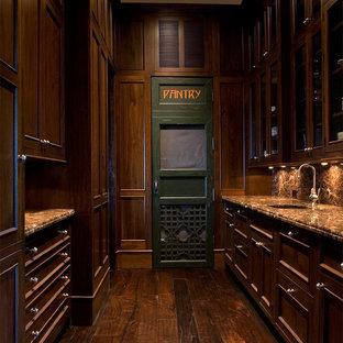 チャールストンの小さいトラディショナルスタイルのおしゃれなキッチン (アンダーカウンターシンク、落し込みパネル扉のキャビネット、中間色木目調キャビネット、茶色いキッチンパネル、無垢フローリング、アイランドなし) の写真