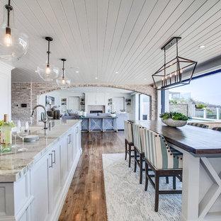 Exemple d'une très grand cuisine ouverte parallèle bord de mer avec un placard à porte shaker, des portes de placard grises, un plan de travail en marbre, un sol en bois brun, 2 îlots, un sol multicolore et un plan de travail multicolore.