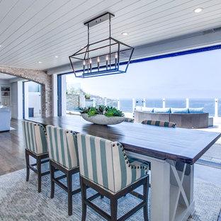 Exempel på ett mycket stort maritimt flerfärgad flerfärgat kök, med skåp i shakerstil, grå skåp, marmorbänkskiva, mellanmörkt trägolv, flera köksöar och flerfärgat golv