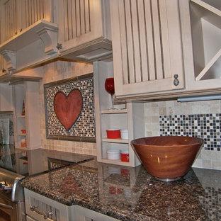 Ispirazione per una cucina classica di medie dimensioni con lavello stile country, ante a persiana, ante beige, top in granito, paraspruzzi multicolore, paraspruzzi con piastrelle a mosaico, elettrodomestici in acciaio inossidabile, pavimento in gres porcellanato e isola
