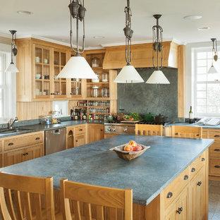 Idéer för stora vintage kök, med en undermonterad diskho, luckor med infälld panel, skåp i mellenmörkt trä, rostfria vitvaror, en köksö, bänkskiva i kalksten, grått stänkskydd, stänkskydd i kalk och klinkergolv i keramik