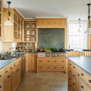 Idee per una cucina a L classica chiusa con lavello sottopiano, ante in legno scuro, paraspruzzi in lastra di pietra, elettrodomestici in acciaio inossidabile, paraspruzzi verde, ante in stile shaker e top in saponaria