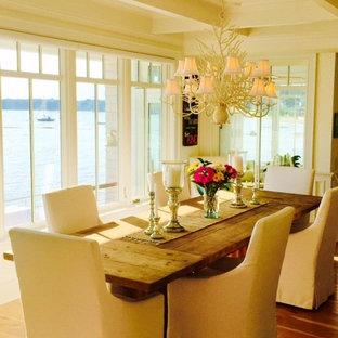 Пример оригинального дизайна: угловая кухня в морском стиле с обеденным столом, накладной раковиной, белыми фасадами, мраморной столешницей, белым фартуком, фартуком из каменной плиты, техникой из нержавеющей стали, полом из бамбука и островом