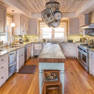 他の地域の大きいビーチスタイルのおしゃれなキッチン (アンダーカウンターシンク、インセット扉のキャビネット、白いキャビネット、緑のキッチンパネル、ボーダータイルのキッチンパネル、シルバーの調理設備、無垢フローリング、木材カウンター) の写真