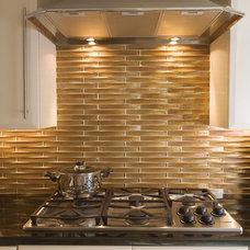 Modern Kitchen by Oceanside Glasstile