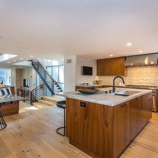 ロサンゼルスの中サイズのエクレクティックスタイルのおしゃれなキッチン (アンダーカウンターシンク、フラットパネル扉のキャビネット、中間色木目調キャビネット、クオーツストーンカウンター、白いキッチンパネル、石タイルのキッチンパネル、シルバーの調理設備の、無垢フローリング、茶色い床、グレーのキッチンカウンター) の写真