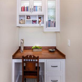 シャーロットの大きいトランジショナルスタイルのおしゃれなキッチン (インセット扉のキャビネット、白いキャビネット、人工大理石カウンター、ベージュキッチンパネル、ガラスタイルのキッチンパネル、シルバーの調理設備の、セラミックタイルの床、ベージュの床、グレーのキッチンカウンター) の写真