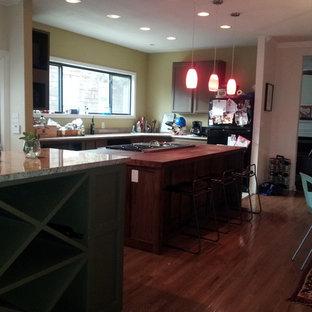 オースティンの中くらいのラスティックスタイルのおしゃれなキッチン (シェーカースタイル扉のキャビネット、濃色木目調キャビネット、木材カウンター、シルバーの調理設備、トラバーチンの床、ベージュの床) の写真