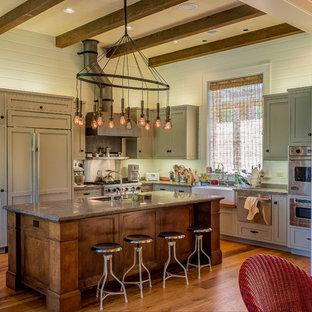 ロサンゼルスのラスティックスタイルのおしゃれなキッチン (エプロンフロントシンク、シェーカースタイル扉のキャビネット、緑のキャビネット、パネルと同色の調理設備) の写真