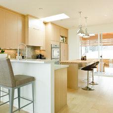 Modern Kitchen by Sunterra Custom Homes