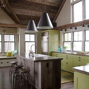 マンチェスターのラスティックスタイルのおしゃれなアイランドキッチン (ドロップインシンク、シェーカースタイル扉のキャビネット、緑のキャビネット、シルバーの調理設備の、濃色無垢フローリング、茶色い床、茶色いキッチンカウンター) の写真