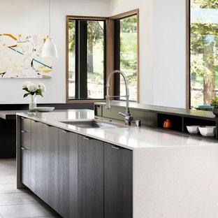 Idee per una grande cucina minimalista con lavello sottopiano, ante lisce, top in quarzo composito, pavimento in gres porcellanato, un'isola, ante bianche, paraspruzzi bianco, paraspruzzi con piastrelle in ceramica e elettrodomestici da incasso