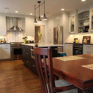 デトロイトの大きいエクレクティックスタイルのおしゃれなキッチン (シェーカースタイル扉のキャビネット、クオーツストーンカウンター、シルバーの調理設備、アンダーカウンターシンク、濃色木目調キャビネット、白いキッチンパネル、濃色無垢フローリング、茶色い床、グレーのキッチンカウンター) の写真