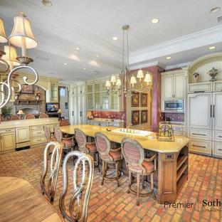 Geräumige Küche mit Triple-Waschtisch, Mineralwerkstoff-Arbeitsplatte, Backsteinboden und Kücheninsel in Orlando