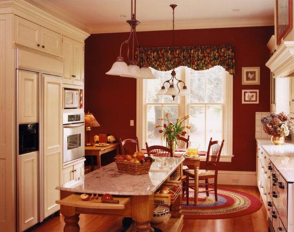 Farmhouse Kitchen by Mahoney Architects & Interiors