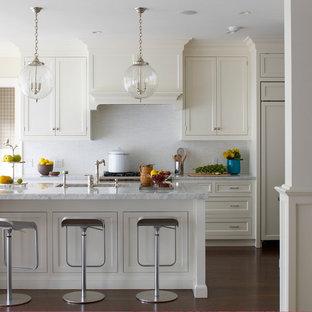 ニューヨークのビーチスタイルのおしゃれなキッチン (アンダーカウンターシンク、落し込みパネル扉のキャビネット、白いキャビネット、白いキッチンパネル、パネルと同色の調理設備) の写真