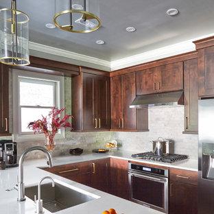 シカゴの中くらいのエクレクティックスタイルのおしゃれなキッチン (シングルシンク、シェーカースタイル扉のキャビネット、濃色木目調キャビネット、クオーツストーンカウンター、マルチカラーのキッチンパネル、大理石のキッチンパネル、シルバーの調理設備、磁器タイルの床、マルチカラーの床) の写真