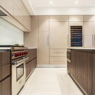 フェニックスの中サイズのモダンスタイルのおしゃれなキッチン (アンダーカウンターシンク、フラットパネル扉のキャビネット、中間色木目調キャビネット、大理石カウンター、白いキッチンパネル、ガラス板のキッチンパネル、パネルと同色の調理設備、大理石の床、白い床、白いキッチンカウンター) の写真