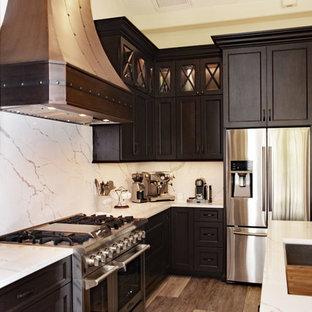 Idéer för ett stort medelhavsstil vit kök, med en undermonterad diskho, skåp i shakerstil, skåp i mörkt trä, bänkskiva i kvarts, vitt stänkskydd, stänkskydd i sten, rostfria vitvaror, vinylgolv, flera köksöar och grått golv