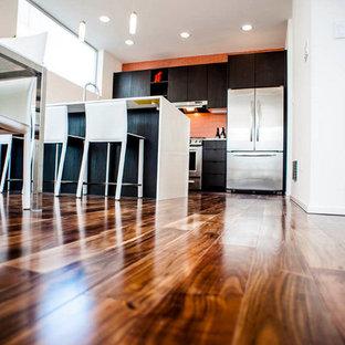 Immagine di una piccola cucina contemporanea con ante lisce, ante in legno bruno, top in superficie solida, paraspruzzi arancione, paraspruzzi con piastrelle a mosaico, elettrodomestici in acciaio inossidabile, pavimento marrone e pavimento in bambù