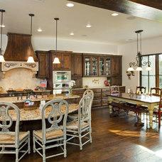 Traditional Kitchen by Vanguard Studio Inc.