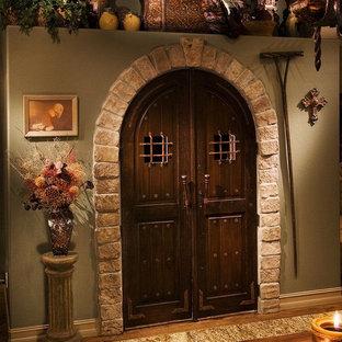 オーランドの大きいヴィクトリアン調のおしゃれなキッチン (エプロンフロントシンク、レイズドパネル扉のキャビネット、濃色木目調キャビネット、御影石カウンター、ベージュキッチンパネル、石タイルのキッチンパネル、シルバーの調理設備の、濃色無垢フローリング) の写真