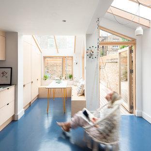 Источник вдохновения для домашнего уюта: кухня в скандинавском стиле с светлыми деревянными фасадами, столешницей из нержавеющей стали и синим полом