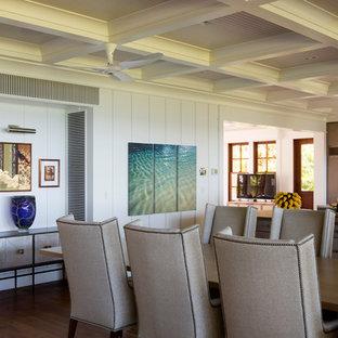 ハワイのトロピカルスタイルのおしゃれなキッチン (エプロンフロントシンク、フラットパネル扉のキャビネット、中間色木目調キャビネット、大理石カウンター、白いキッチンパネル、パネルと同色の調理設備、無垢フローリング、茶色い床、白いキッチンカウンター) の写真