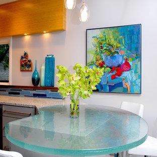 Idee per una cucina contemporanea con top in vetro e top turchese