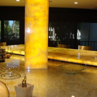 Küche mit Granit-Arbeitsplatte, Kücheninsel und gelber Arbeitsplatte in Tampa