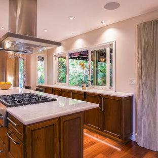 Zweizeilige, Große Moderne Wohnküche mit Unterbauwaschbecken, Schrankfronten mit vertiefter Füllung, dunklen Holzschränken, Quarzwerkstein-Arbeitsplatte, Küchenrückwand in Weiß, Rückwand aus Stein, Küchengeräten aus Edelstahl, Kücheninsel, braunem Boden, braunem Holzboden und weißer Arbeitsplatte in San Francisco