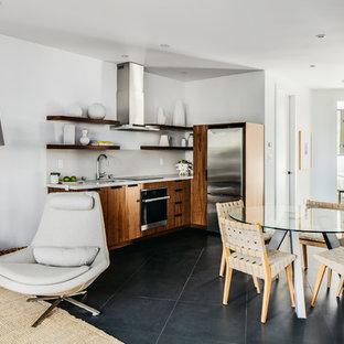 サンフランシスコの中くらいのモダンスタイルのおしゃれなキッチン (アンダーカウンターシンク、オープンシェルフ、濃色木目調キャビネット、珪岩カウンター、白いキッチンパネル、石スラブのキッチンパネル、シルバーの調理設備、セラミックタイルの床、アイランドなし、黒い床、白いキッチンカウンター) の写真