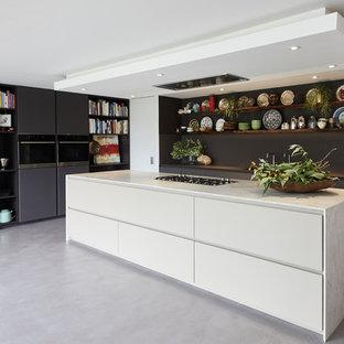 ロンドンの大きいエクレクティックスタイルのおしゃれなキッチン (フラットパネル扉のキャビネット、珪岩カウンター、コンクリートの床、グレーの床、ベージュのキッチンカウンター、グレーのキャビネット) の写真