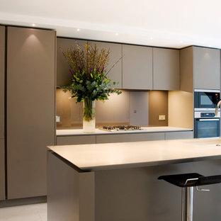 ロンドンの中くらいのコンテンポラリースタイルのおしゃれなキッチン (シルバーの調理設備、フラットパネル扉のキャビネット、ベージュのキャビネット、クオーツストーンカウンター、ベージュキッチンパネル、ガラス板のキッチンパネル、アンダーカウンターシンク、セラミックタイルの床、ベージュの床) の写真