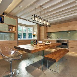 ロンドンの中サイズのコンテンポラリースタイルのおしゃれなキッチン (フラットパネル扉のキャビネット、淡色木目調キャビネット、珪岩カウンター、青いキッチンパネル、ガラス板のキッチンパネル、シルバーの調理設備の、コンクリートの床、アイランドなし、グレーの床) の写真