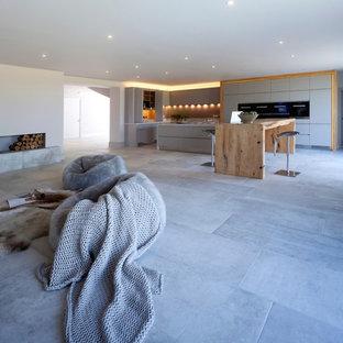 チェシャーの巨大なコンテンポラリースタイルのおしゃれなキッチン (ダブルシンク、フラットパネル扉のキャビネット、グレーのキャビネット、珪岩カウンター、グレーのキッチンパネル、ガラス板のキッチンパネル、シルバーの調理設備、磁器タイルの床) の写真